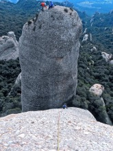 Escalando el pedestal de la Bola de la Partió con una cordada en la cima de la Bitlla.